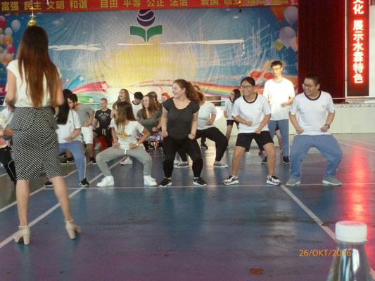 Mit China verbinden wir automatisch Kung Fu und Tai Chi. Nach einer Kung Fu Vorführung an der Shuilin-Privatschule durften die Schüler es auch einmal probieren.