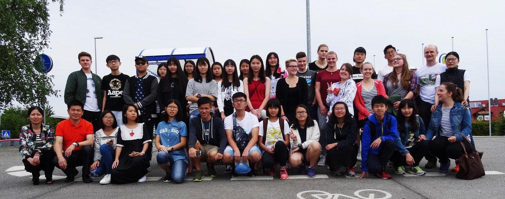 Die chinesisch-deutschen Austauschschüler und ihre Betreuer kurz vor der Abreise an der Kopernikusschule (16.7.2016). Die Gastgeber von der JPR-Schule in Friedberg und der Weidigschule Butzbach hatten sich jeweils vor Ort verabschiedet.