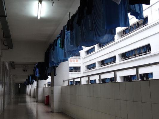 Trocknende Schuluniformen in den Gängen des Unterbringungshauses der Schüler.