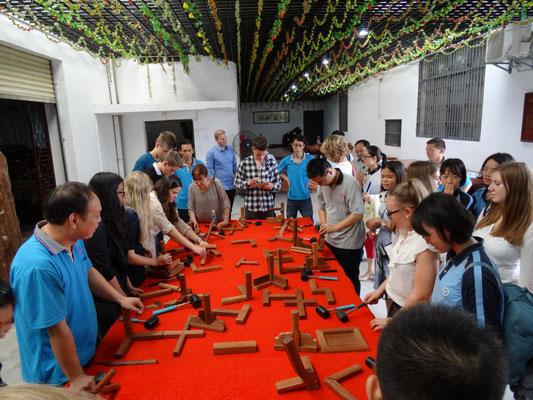 Vorführung der handwerklichen Herstellung von Möbeln.