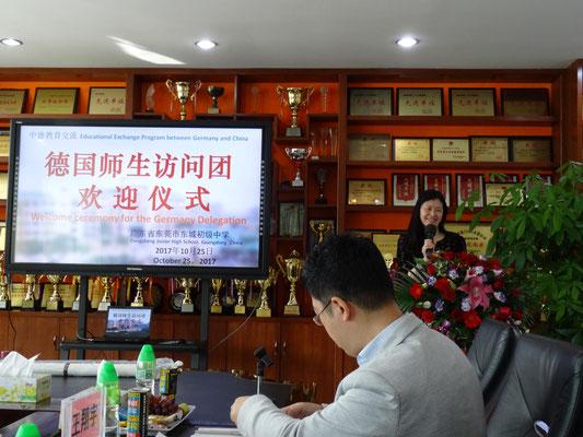 Zu Besuch in der Dongcheng-Mittelschule. Die Schulleitern war im Feb. 2015 mit einer Schülergruppe in der KSF.