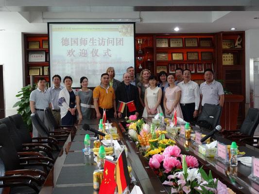 Die Begleitlehrer und die Gastgeber der Dongsheng Junior Highschool bei der Begrüßungszeremonie.