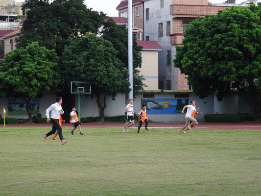 Jüngere chinesische Schüler wünschten sich sooo sehr ein Fussballspiel gegen die Deutschen. Diese liesen sich nicht lange bitten, obwohl sie keine Sportsachen dabei hatten!