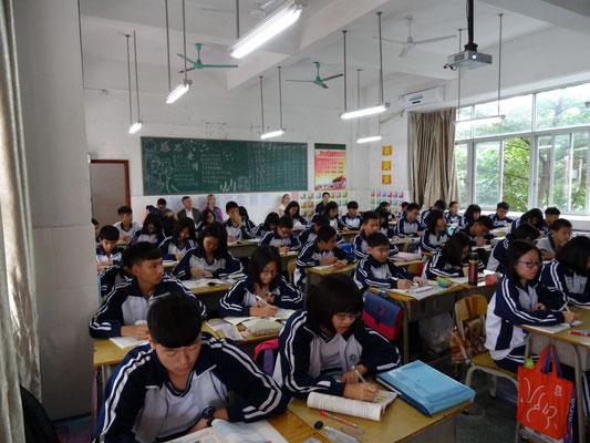 Deutsche Lehrer gewinnen einen Eindruck vom chinesischen Unterricht in einer Englischstunde.