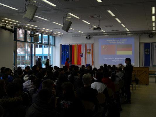 Begrüßung in der Aula durch Fr. Schmeckthal, unsere stellvertr. Schulleiterin.