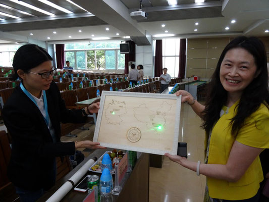 Gastgeschenk der chin. Schule: Ein Holzarbeit mit den markierten Partnerschulen auf der Weltkarte.