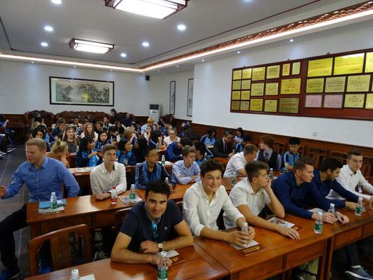 Die gesamte Austauschgruppe (Teilgruppe Tangxia und Teilgruppe Dongguan City), d.h. die Untergruppe Tangxia und die aus Dongguan City, in einer Fabrik für Rosenholzmöbel.