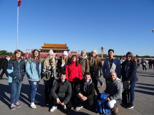 Die Teilnehmer der KSF mit ihren Gruppenbetreuer Xiangyu Wang auf dem Platz des himmlichen Friedens.