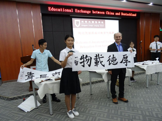Feierliche Begrüßung an der Foreign Language School Dongguan: Übergabe einer live erstellten Kalligraphie.