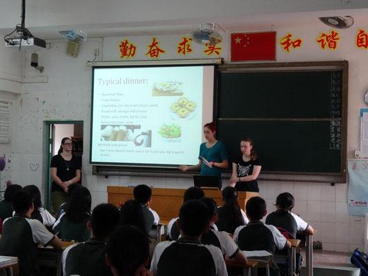 Die deutschen Schüler stellten Klassen in einem Vortrag jeweils einen repräsentativen Aspekt ihres Heimatlandes vor.