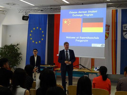 Unser Schulleiter Hr. Mayer begrüßte die Besuchsgruppe. Er wies auf die langjährige Durchführung des Austausches hin, der im nächsten Jahr sein 10-jähriges Jubiläum feiern kann. Hr. Mayer war vor vier Jahren mit dem Chor der KSF in China.