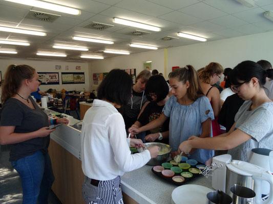 Mit tatkräftiger Unterstützung durch Fr. Priebsch und Dr. Bauer wurde dann in den Schulküchen ein Koch-Workshop durchgeführt.