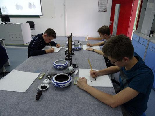 Schüler beim Erstellen einer Kalligraphie.