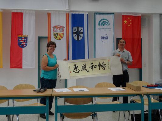 Der Leiter der Gastgruppe überreichte eine Schriftrolle mit einer Kalligraphie.