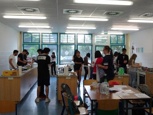 In den Schulküchen bereiteten die Schüler in einem Workshop gemeinsam in gemischten Teams ihr Mittagessen.
