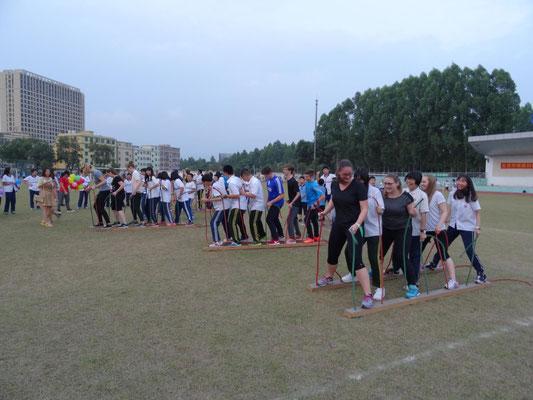 Sportlich-spielerischer Wettkampf in gemischten Teams zur Auflockerung und zum Kennenlernen.