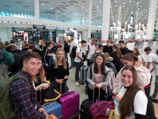 Die Schüler/-Innen der KSF vor der Abreise am Frankfurter Flughafen.