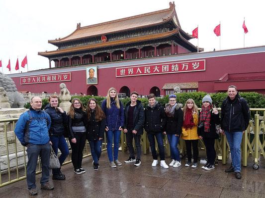 Die Gruppe von der Kopernikusschule vor dem Tianmen-Tor der verbotenen Stadt.