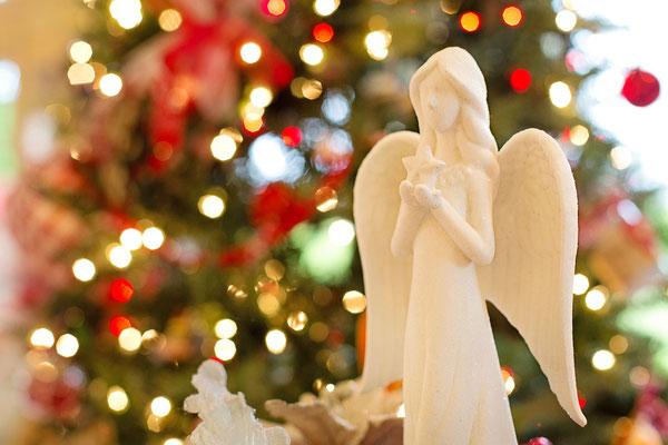 Statue d'ange et sapin de Noël