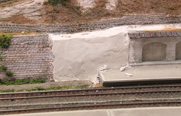 12.07.2013  Das fehlende Stück zwischen Sandstein- und Arkadenmauer wurde mit Gips geschlossen.