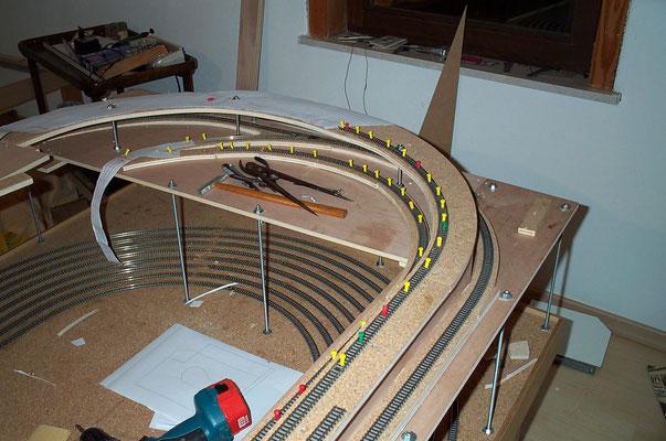 """18.11.2007  Das Vorgenannte aus einer anderen Perspektive. In der mittleren Ebene erkennt man die Verzweigung in die eingleisige Strecke zum Bahnhof """"Johannesberg""""."""