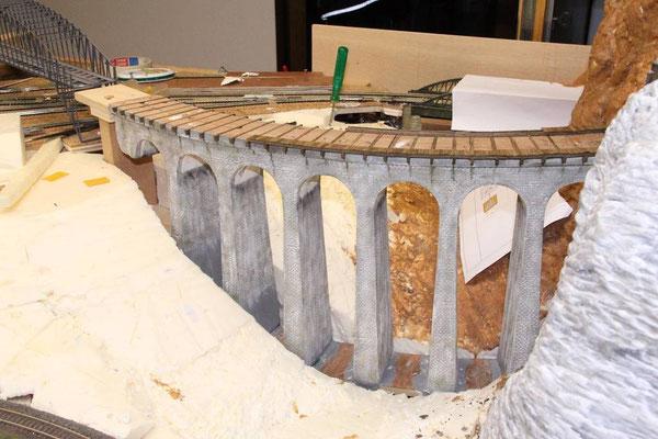 18.12.2010   Das Viaduktmodell wurde zwischen der oberen Sperrholzplatte und der gleichermaßen gebogenen Grundplatte konstruiert.