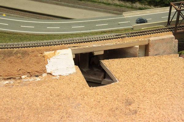 03.08.2012  Um den Fußgängertunnel unter den schon halbfertigen Bahndamm einzubauen, mußte auf der Seite des BW's die Grundplatte etwas großzügiger ausgeschnitten werden.