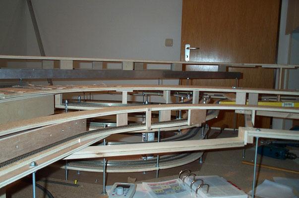 01.01.2008   Hier sind die verschiedenen Ebenen der Modellbahn zu sehen, von denen aber nur die drei oberen später im sichtbaren Teil der Anlage auftauchen.