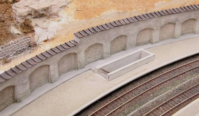 07.07.2013   Dabei reicht dann das aufgefüllte Gelände bis fast zur Höhe der Mauerkrone.