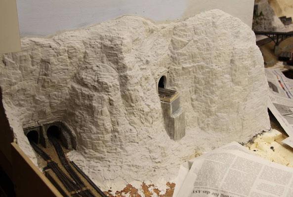 20.03.2011  Nun kann der Betrachter den Übergang zwischen alter und neuen Felsenstruktur nicht mehr von einem Standort aus einsehen.