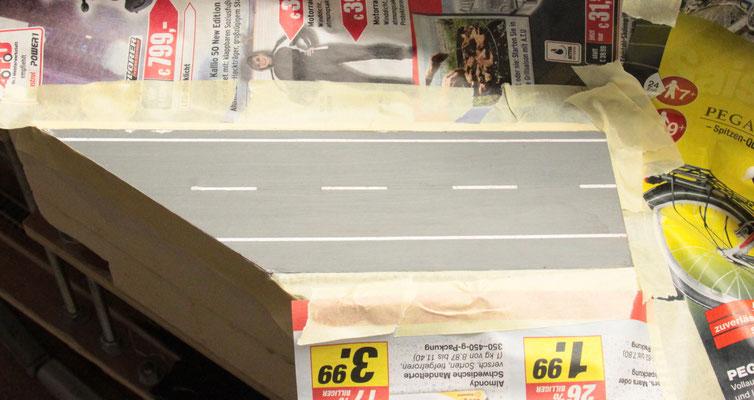 02.09.2012  Alle sich in der Nähe befindlichen Flächen wurden mit Zeitungspapier abgedeckt und mit Kreppband fixiert.