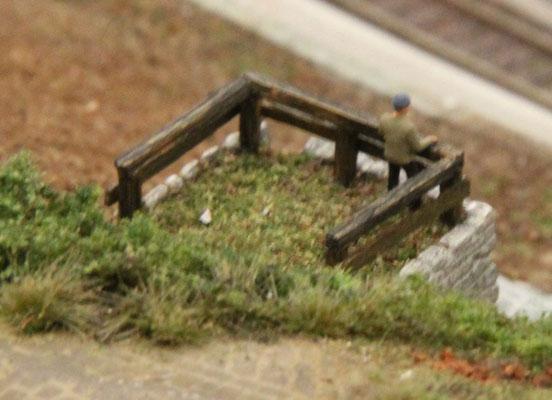 """27.09.2013   Auch das Dach des """"Alten Brunnens"""" wurde mit Erde und Turf bedeckt."""