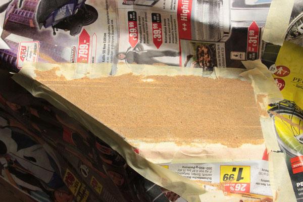 02.09.2012   Nach dem Einstreichen der Straßenfläche mit Weissleim folgte das Einstreuen des fein gesiebten Sandes.