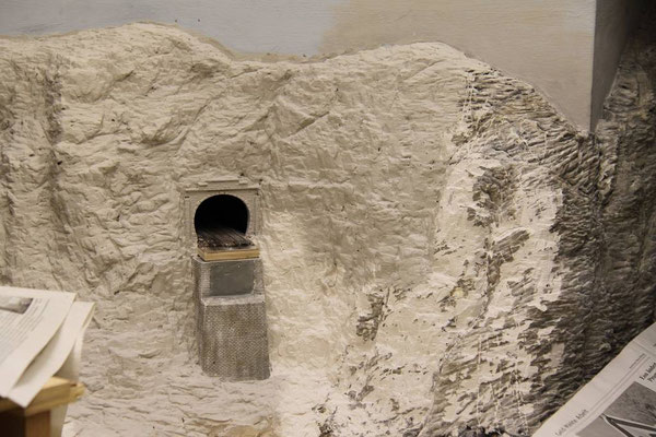 20.03.2011   Der Basiskopf des Viaduktes ist fest  und nahtlos in die Felswand integriert.