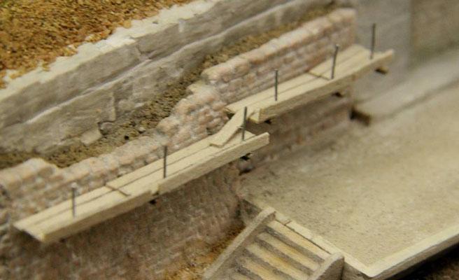 04.08.2013  0,5 mm Draht dient als Geländerpfosten und wurde an den Rand der Bohlen gesteckt.