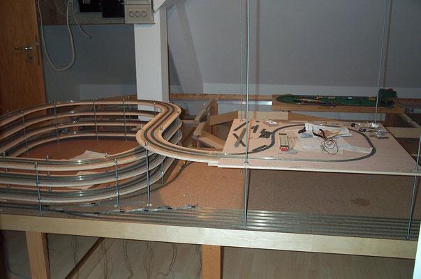 17.09.2007  Um die Gleiswendelstrecke zu testen, wurde eine auf einer Platte montierte Wendeschleife installiert.  So konnte die Gleiswendel, wie auch der im Entstehen befindliche Schattenbahnhof, getestet werden.