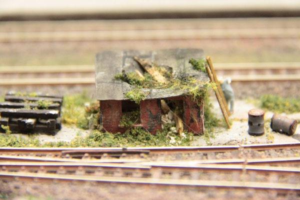 17.06.2012   Nur einige Gleise weiter steht eine verfallene Hütte.