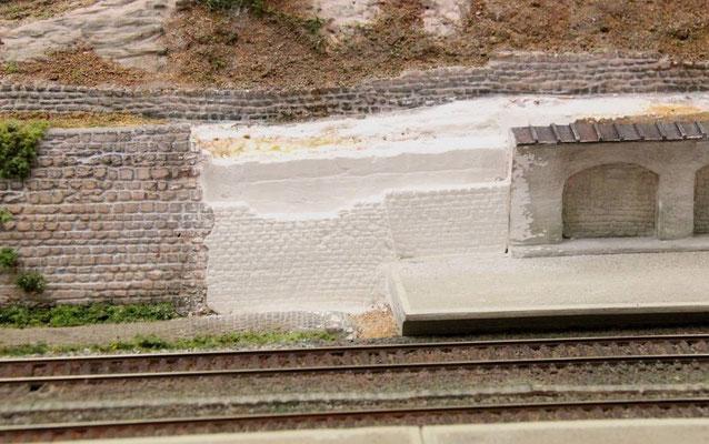 14.07.2013   In die bisher glatten Gipsflächen wurden die Steine eingraviert.