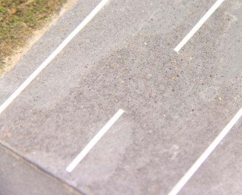 27.09.2012   Die Straßenmarkierung ergänzt den Fahrbahnbelag. Ausbesserungsstellen sind erkennbar.