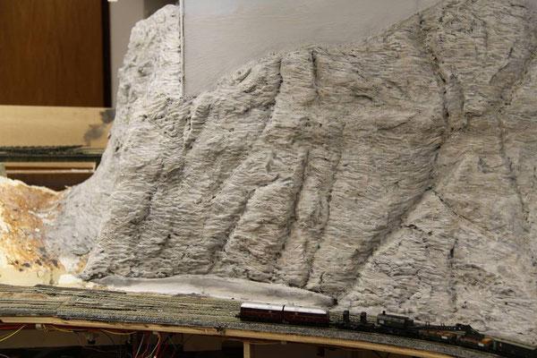 26.03.2011  Gewaltig erhebt sich der Fels über die im Vordergund wartende V 188.