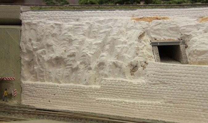 26.08.2012   Mauern und Felsen sind nach dem Ausbürsten mit der Messingbürste und dem Absaugen des Staubes fertig für die farbliche Behandlung.