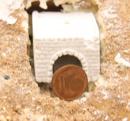 26.08.2013   Entgegen der ursprünglichen Idee konte man den Gipsblock aber leicht vom Untergrund lösen, was sich später sogar als sehr vorteilhaft erwiesen hat. In den Untergrund wurde nun eine komplette Aussparung für den Gipsklotz eingelassen.
