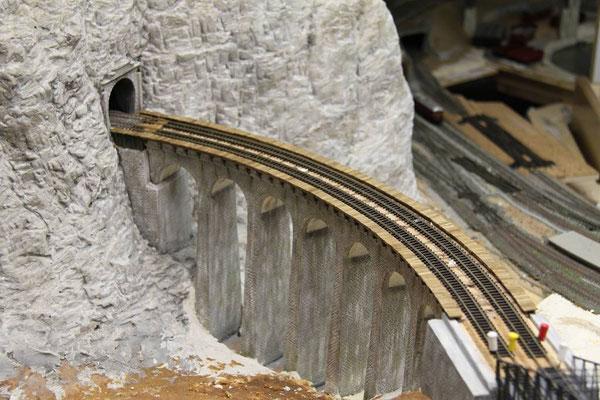 03.04.2011  Durch die zwei Schienenstränge wird die Breite des Viaduktes wieder realitviert.