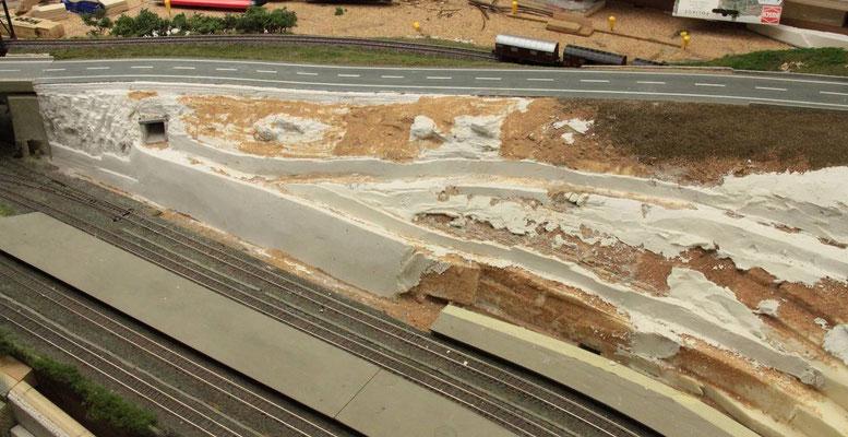20.08.2012  Die später an die untere Stützmauer anschließende Mauerbaustelle und Arkadenmauer sind zu diesem Zeitpunkt noch nicht realisiert und so ist nur die mit Sand beleimte Unterkonstruktion aus Styrodur zu erkennen.