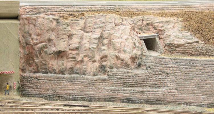 01.09.2012   Einige Mauerstellen wurden noch etwas nachgraniert.