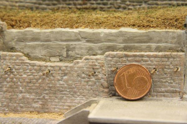 04.08.2013   Die Münze verdeutlicht die Größenverhältnisse.