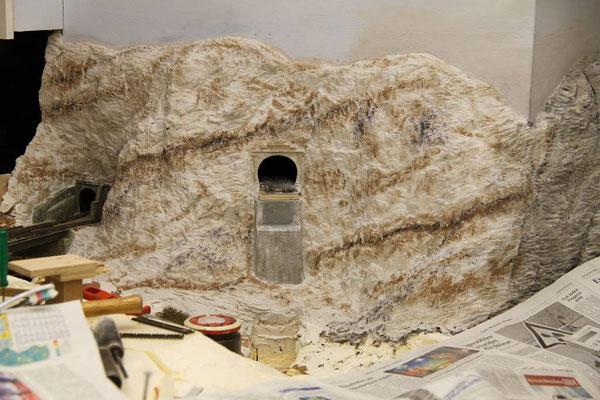 25.03.2011   Um Sedimentschichten im Gestein anzudeuten, wurden vor der Farblasur noch einige dunkelbraune Sedimentbänder farblich dargestellt.