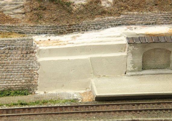12.07.2013   Nach dem Aushärten des Gipses wurden die ersten Konturen mit dem Stecheisen geformt.