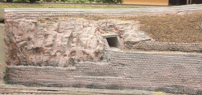 """01.09.2012 Der Eingang der Unterführung von der Seite des Bahnhofes """"Charlottenthal"""" gesehen. Auch hier liegt ein Doppel-T-Träger vor der Vorderkante der Tunneldecke."""