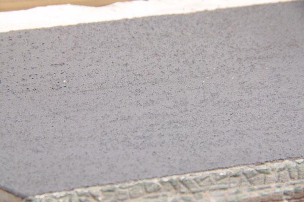 """02.09.2012   Detailaufnahme der Porigkeit des """"Asphaltes"""""""